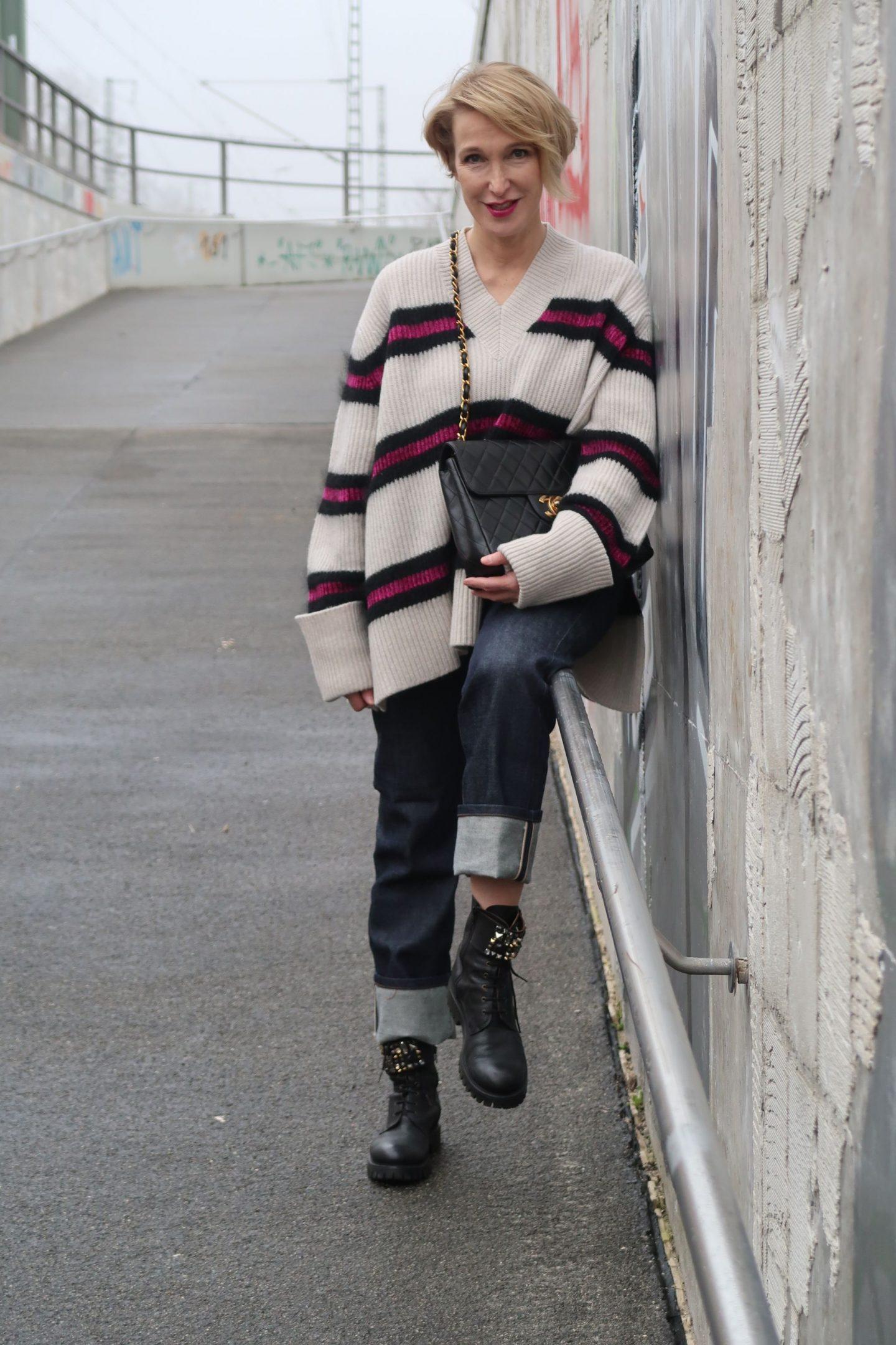glamupyourlifestyle leo-mantel boyfriend-jeans dicker-pullover chanel-vintage-tasche skinny-jeans
