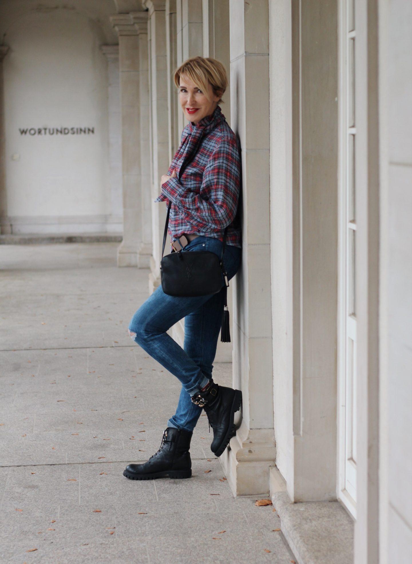 Karobluse zur Jeans kombiniert