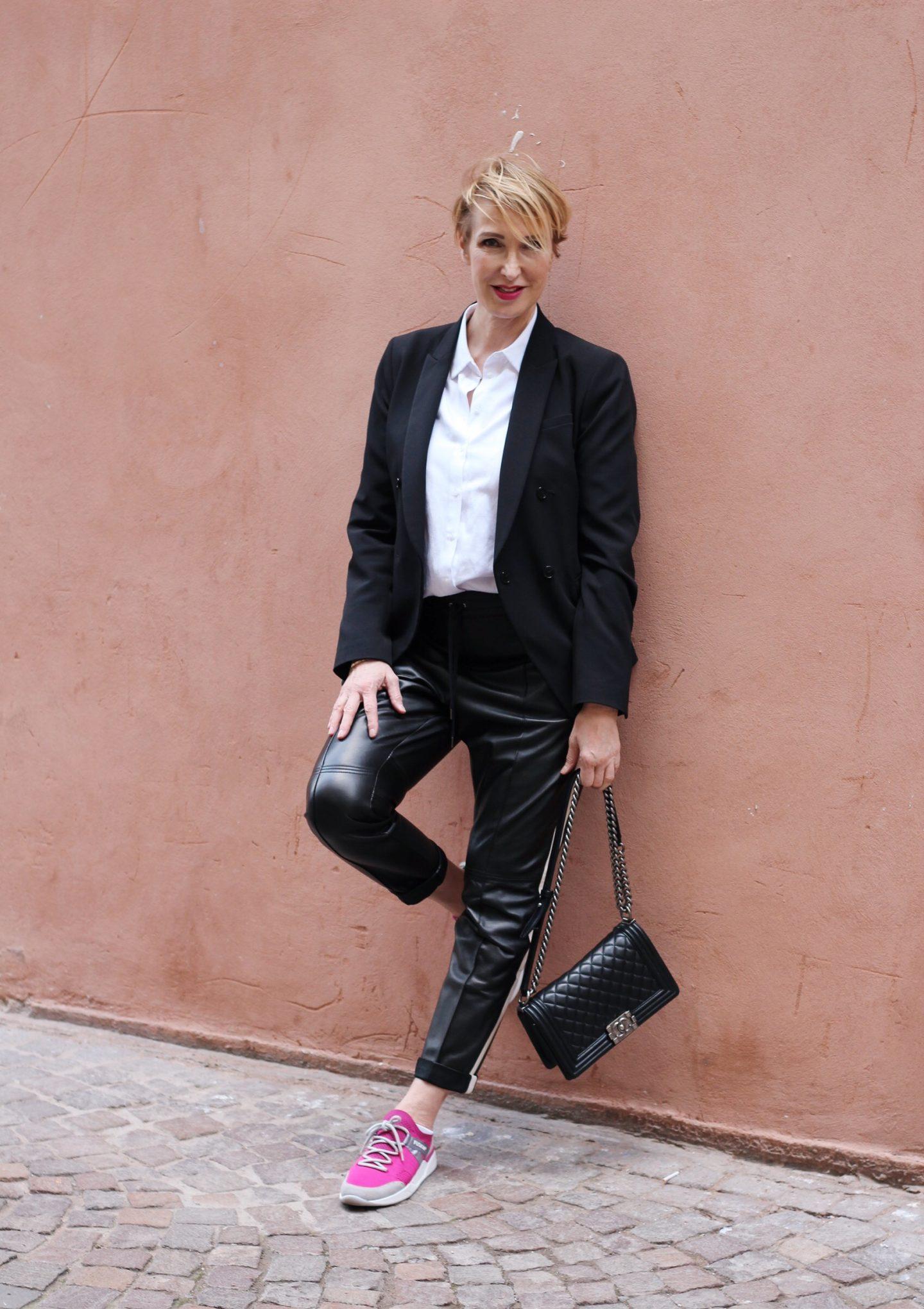 Lederhose und Blazer – ein entspannter Büro-Look
