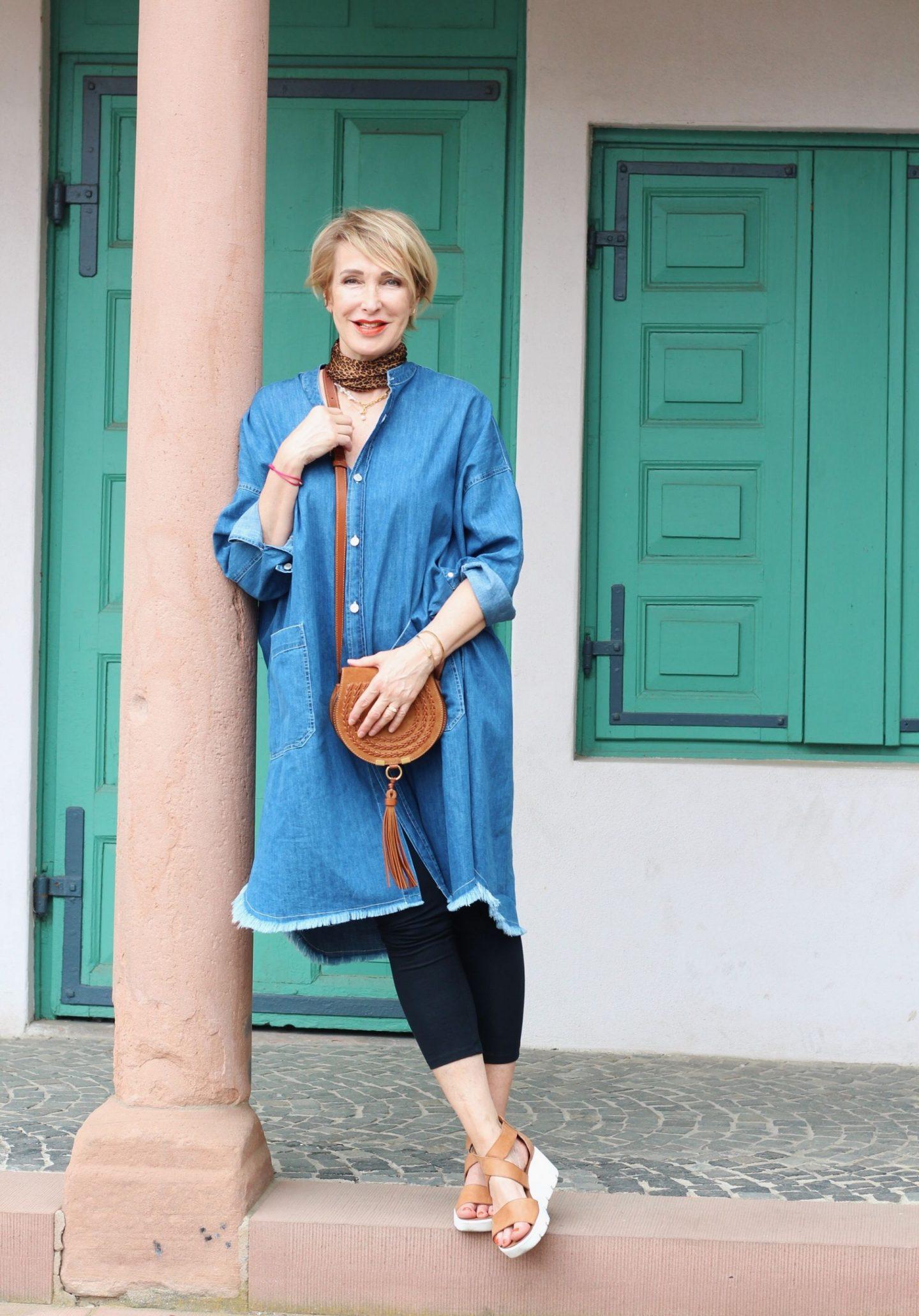 Ein Jeanskleid im Hemdblusen Stil lässt sich gut stylen
