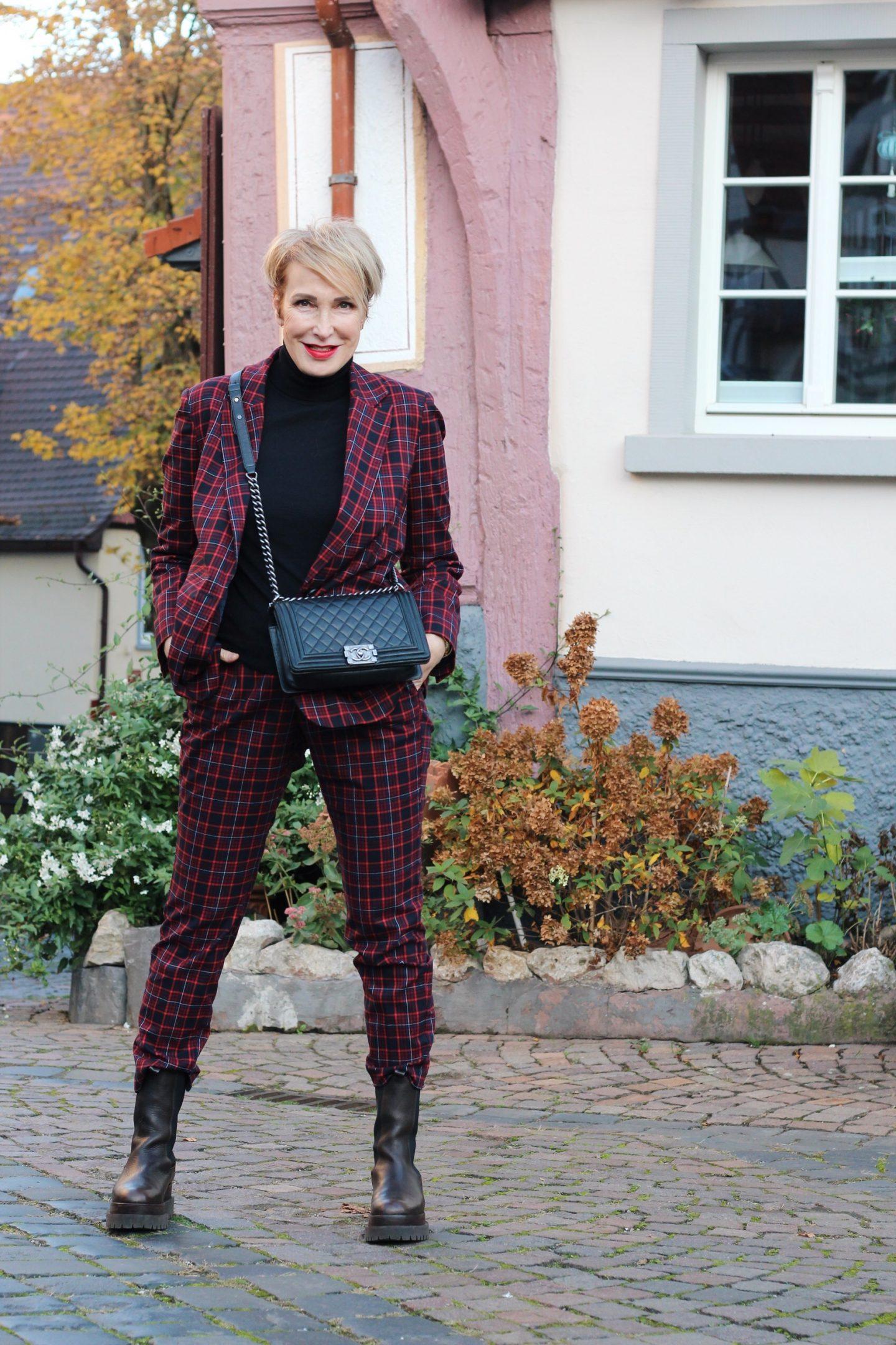 Karierten Hosenanzug modisch für die ü50 Frau gestylt