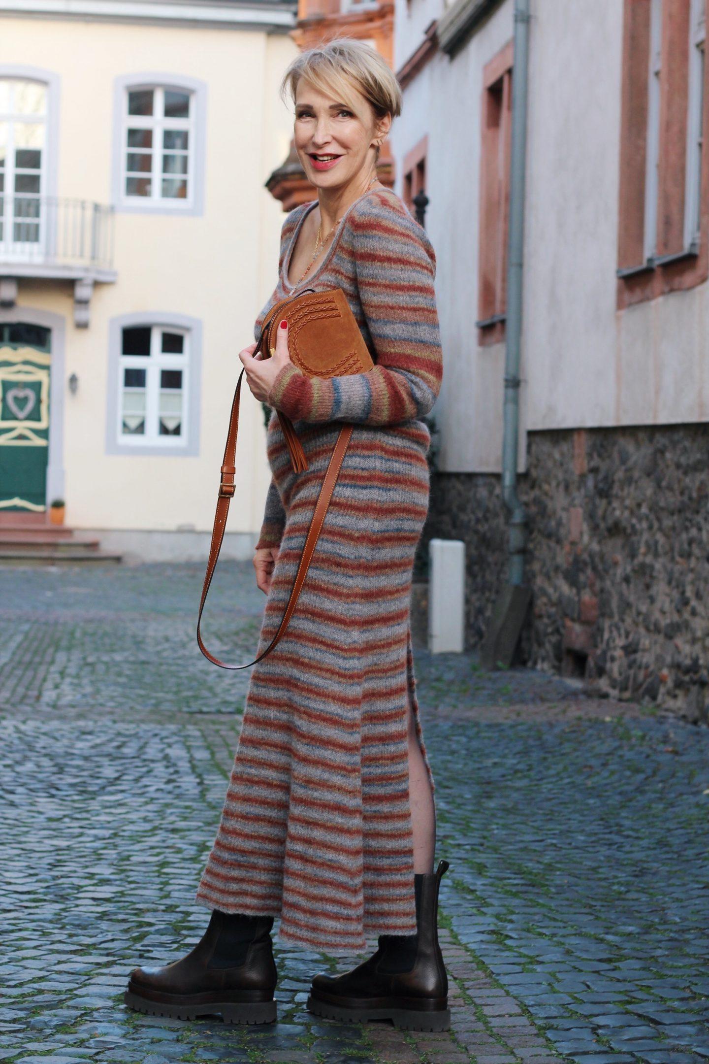 Strickkleid – worauf sollte die Frau ab 50 beim Tragen achten?